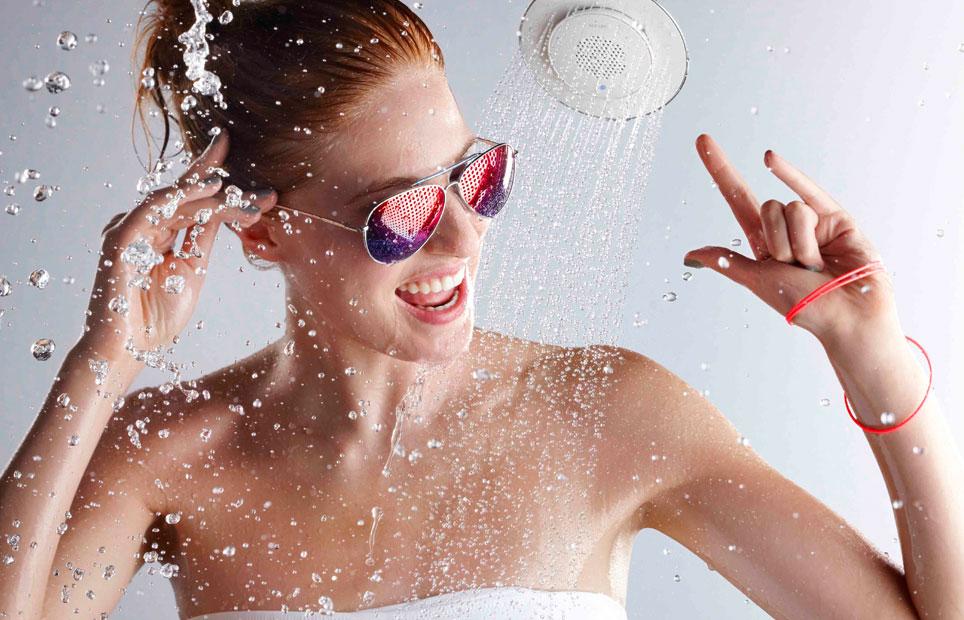 Chica cantando en la ducha