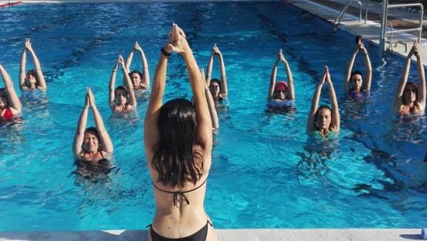 yoga en el agua 620x350 - Los beneficios del woga, yoga en el agua