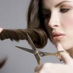 mujer-cortando-pelo-propio