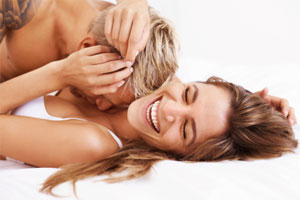 07504-volver-loca-pareja-cama