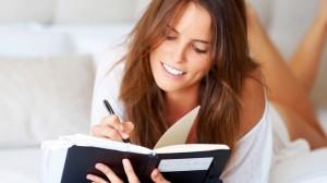Mujer escribiendo pensamientos