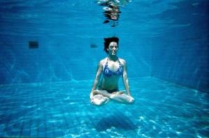 los beneficios del woga yoga en el agua. Black Bedroom Furniture Sets. Home Design Ideas