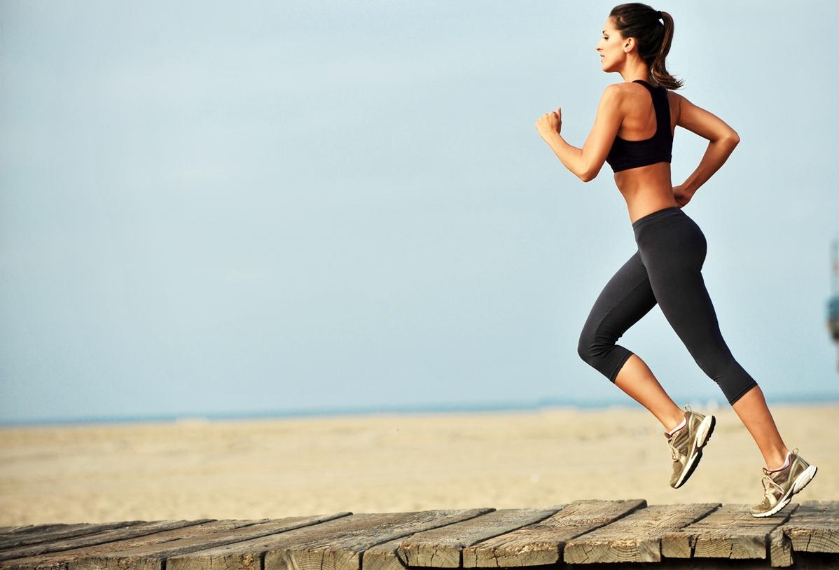 dietas-para-adelgazar-mujer-corriendo-por-la-playa