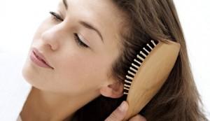 Peínate con un cepillo de madera para prevenir la caída del cabello en otoño