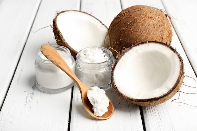 Mascarilla natural de coco para la caída del cabello en otoño