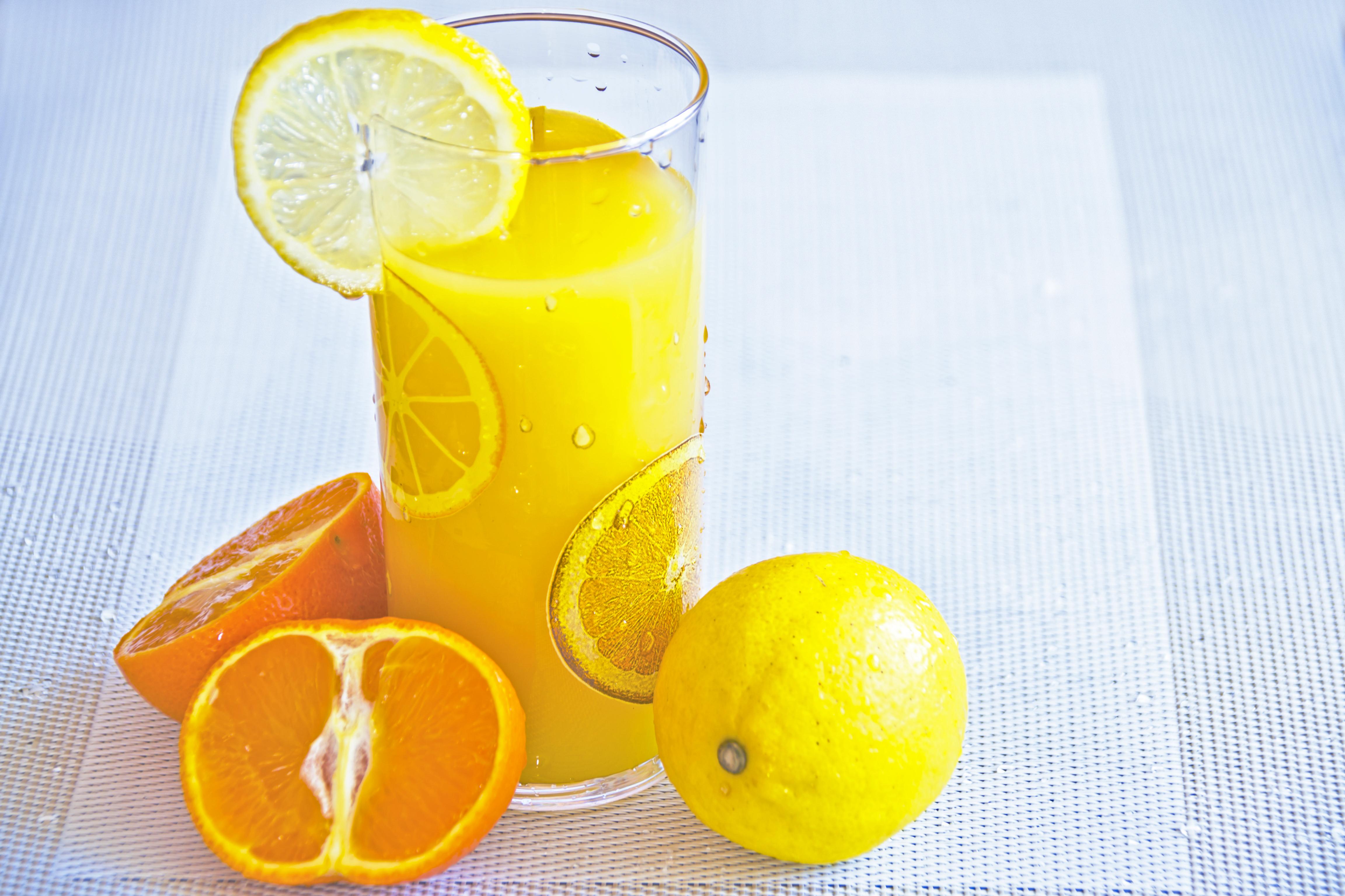vitamina-c-naranja-limones-beber-zumo-jugo
