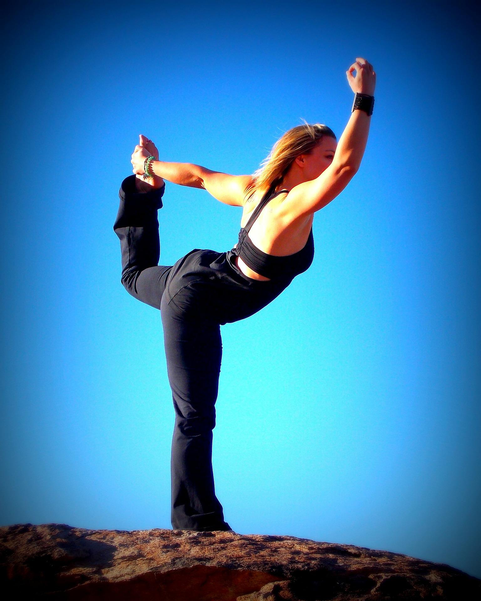 chica-practicando-yoga-aire-libre