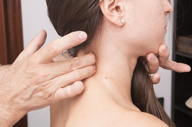 cervical 2441707 640 - Las 3 rutinas diarias que fomentan el dolor de cuello