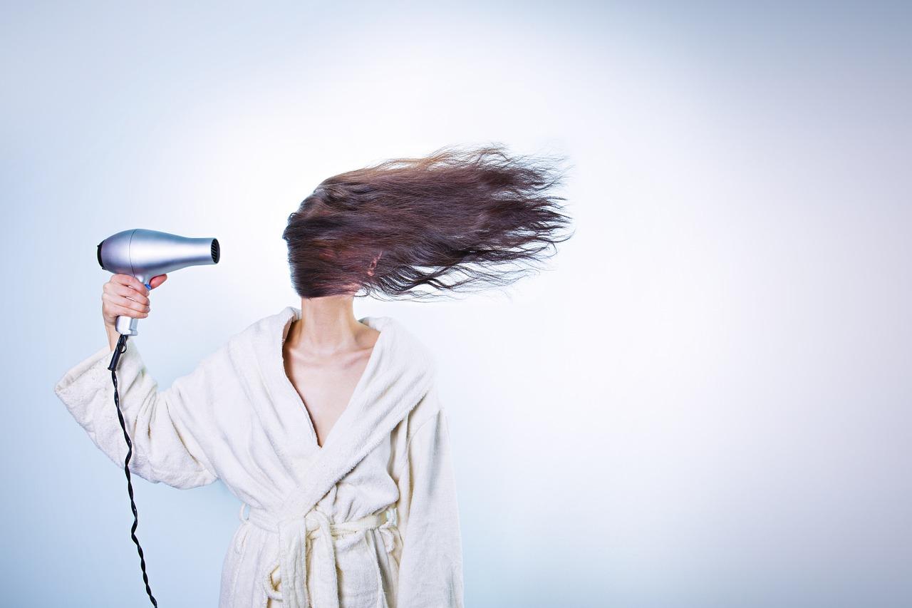 woman 586185 1280 - Cuidar el pelo en verano ¡toma nota de los mejores tratamientos!